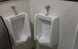 Para usar esses dois mictórios ao mesmo tempo, só ficando bundinha com bundinha hein!!! hauhau